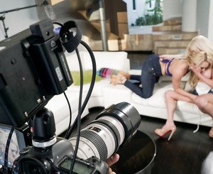 AJ Applegate in der BTS Featurette: